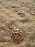 Medaillon op zand. stock foto