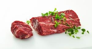 Medaillon schnitt weg von einer ganzen rohen Rindfleischleiste lizenzfreie stockfotografie