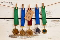 Medale w rzędzie i karcie Zdjęcie Stock