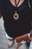 Medalhão do ouro que pendura no pescoço do ` s da mulher fotos de stock