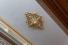 Medalhão elaborado do teto da folha moldada do emplastro e de ouro, da cornija bonita e do trabalho do friso foto de stock royalty free