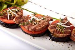 Medalhões da carne no tomate e na beringela grelhada Fotos de Stock