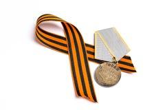 Medalha da grande guerra patriótica com a fita do ` s de St George nos vagabundos brancos fotos de stock