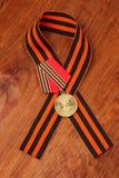 Medalha do jubileu 50 anos de vitória na grande fita patriótica da guerra e do George Imagens de Stock