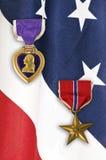Medalhas do exército na bandeira americana Fotos de Stock Royalty Free