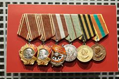 Medalhas soviéticas da concessão da segunda guerra mundial fotografia de stock