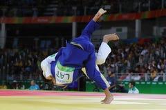 Medalheiro de bronze Judoka Ryunosuke Haga de Japão no branco na ação contra Jevgenijs Borodavko de Letónia durante o fósforo dos Fotografia de Stock Royalty Free