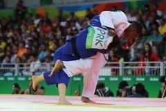 Medalhista de prata Judoka Audrey Tcheumeo de França no branco na ação contra Sol Kyong da Coreia do Norte durante o ` s das mulh Imagens de Stock Royalty Free