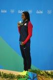 Medalhista de prata Simone Manuel do Estados Unidos durante a cerimônia da medalha após o ` s das mulheres final de um estilo liv Fotografia de Stock Royalty Free
