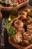 Medalions cuits au four de porc en lard avec des pommes de terre Photo stock