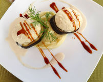 Medalions frits d'aubergine et purée de pommes de terre Images stock