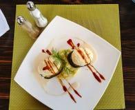 Medalions fritti della melanzana e purè di patate Fotografia Stock