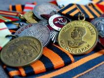 Medalj` för försvaret av Stalingrad ` och medalj` för segern över Tyskland ` 1941-1945 på band för St George ` s heirloom royaltyfri bild