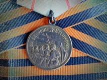 Medalj` för försvaret av Stalingrad ` på band för St George ` s closeup Tilldelar farfadern heirloom minne arkivfoto