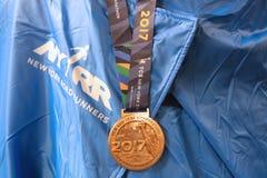 Medalj 2017 för New York City maratonefterbehandlare i Manhattan royaltyfria bilder