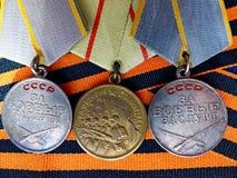 Medaljer för stridmerit 'och medalj 'för försvaret av Stalingrad 'på Sts George band closeup heirloom minne royaltyfri bild