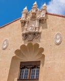 Medaljonger och sned detaljer på traditionell spanjor utformar byggnad royaltyfri foto