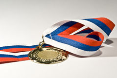 Medalla de oro aislada Imágenes de archivo libres de regalías