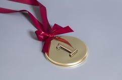 Medalla de oro del campeón con la cinta roja Fotografía de archivo