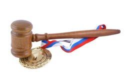 Medalla de oro y mazo del juez imagenes de archivo