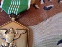 Medalla del encomio del ejército en el chocolate Chip Uniform fotografía de archivo