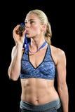 Medalla que se besa feliz del atleta de sexo femenino Imagenes de archivo