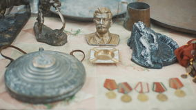 Medalla rusa soviética y otros tesoros en el mercado almacen de metraje de vídeo