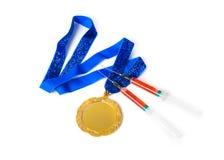 Medalla y jeringuillas de oro foto de archivo