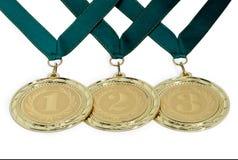 Medallas con las cintas para los ganadores de las competencias aisladas en un wh Imagen de archivo libre de regalías