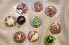 Medallas del chocolate con la decoración de la Navidad Dulce presente Fotos de archivo libres de regalías