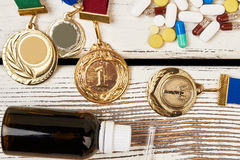 Medallas, píldoras y botella fotos de archivo