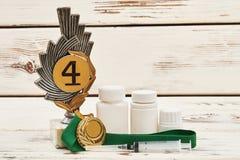 Medallas y drogas en la madera imagen de archivo libre de regalías