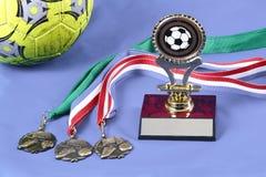 Medallas y trofeo aislados del fútbol imágenes de archivo libres de regalías