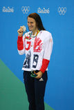 Medallista de plata Jazmin Carlin de Gran Bretaña durante ceremonia de la medalla después de la competencia del estilo libre de l Imagen de archivo