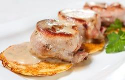 Medallones del cerdo con la crepe de patata Imagen de archivo