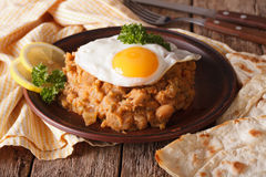 Medames árabes del ful con el primer de los huevos fritos en la tabla horizo Fotos de archivo libres de regalías