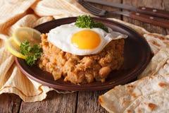 Medames árabes del ful con el primer de los huevos fritos en la tabla horizo Fotos de archivo libres de regalías