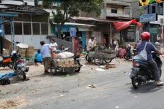 MEDAN, INDONESIA - AGOSTO 18,2012: Mercancías transportadas gente en m Fotos de archivo libres de regalías