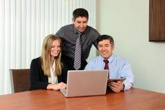 Medarbetare som delar information på bärbar dator Arkivbilder