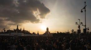 Medborgare av Bangkok runt om den storslagna slotten i Bangkok Royaltyfri Bild