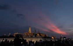 Medborgare av Bangkok runt om den storslagna slotten i Bangkok, att betala respekt till avlidenkonungen Bhumibol Adulyadej Thaila Arkivbild