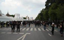 Medborgare av Bangkok som går till den storslagna slotten Arkivbild