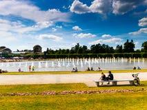 Medborgare av WrocÅ 'aw spenderar aktivt sommaren, den söndag eftermiddagen royaltyfri fotografi