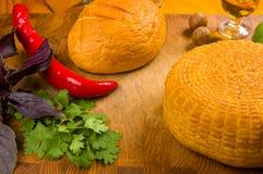 medborgareAdyghe ost som är hemlagad på en skärbräda med en kniv, med basilika, persilja, limefrukt, sesamolja, macadamiamuttrar, arkivfoton