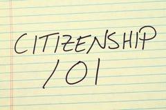 Medborgarskap 101 på ett gult lagligt block arkivbild