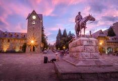 Medborgerlig mitt och Roca staty på den huvudsakliga fyrkanten i den i stadens centrum Bariloche staden på solnedgången - San Car arkivbild