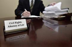 Medborgerlig rättighetadvokat på skrivbordet med affärskortet Arkivfoto