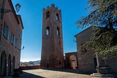 Medborgerligt torn i den Malatesta fästningen i longiano Arkivfoton