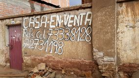 Meddelande av ett hus som är till salu i den bolivianska staden av Uyuni på ingången till Salar de Uyuni, Bolivia royaltyfri fotografi