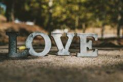 Meddelande av förälskelse med metallbokstäver Arkivfoto